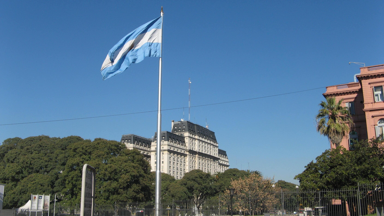 Bandiera argentina dietro la Casa Rosada